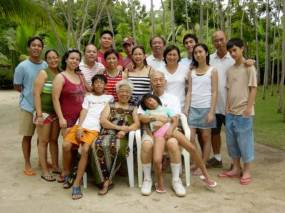 image of a an extended Filipino family, borrowed from 2.bp.blogspot.com