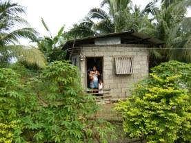 Larawan ng mag-iina sa isang kabukiran sa Pilipinas